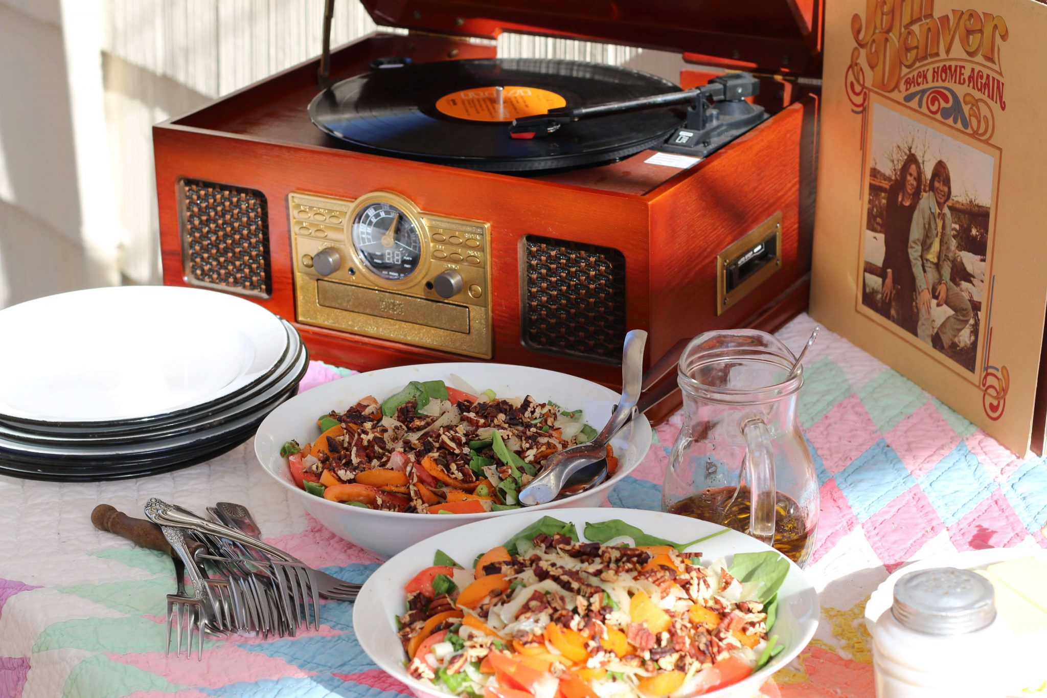 This is so pretty, I love eating outdoors. And the record player, and the old quilt <3